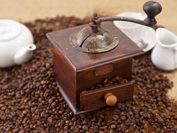 Kaffe kvarn med kaffe bönor