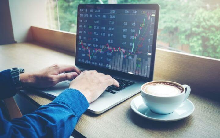 Investera i aktier via datorn